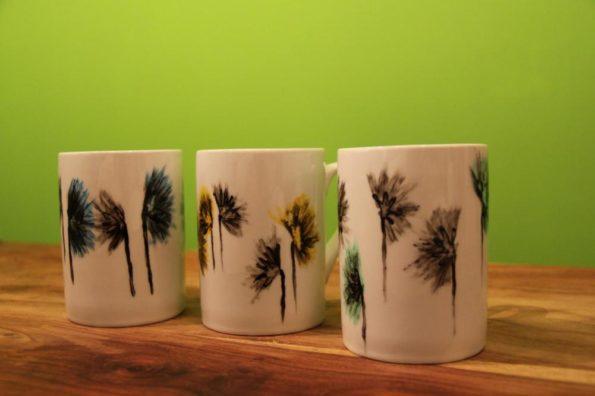 Häferl mit Markenzeichen: Blumen in verschiedenen Farben